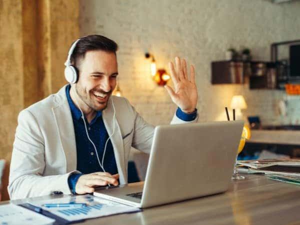 Online Eğitim Alan Bir Adam